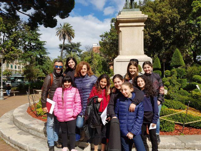 Antonello De Rosa con gli alunni della Scuola Media Anzalone