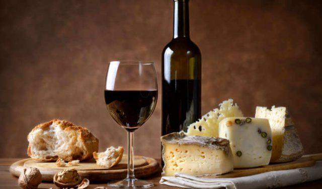 Pane-formaggio-vino-BCC-Battipaglia
