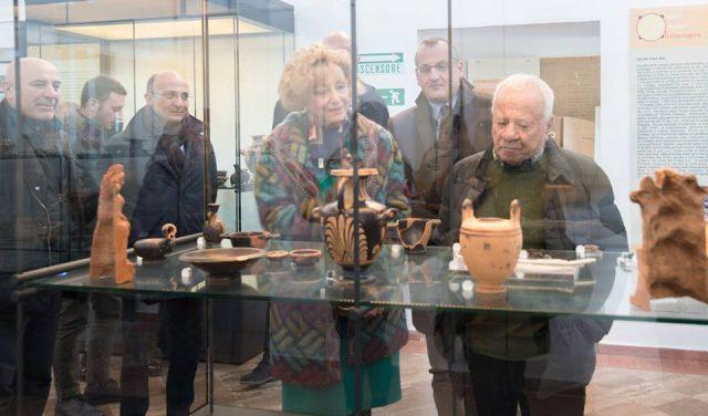 achille-bonito-oliva-visita-museo-archeologico-nazionale-di-eboli-scarano-cariello