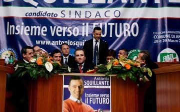 Antonio-Squillante-Candidato-Sindaco-di-Angri-con-Edmondo-Cirielli-Giovanni-Romano-Adriano-Bellacosa-Lello Ciccone-Anna-Ferrazzano-La-Banda-Bassotti