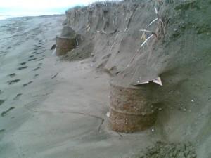 Bidoni in spiaggia a Campolongo