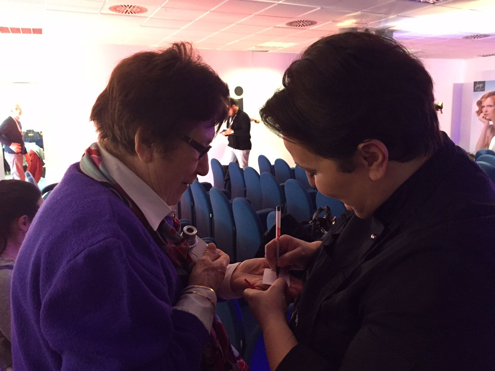 Helga Liberto firma un autografo a Casa Sanreom