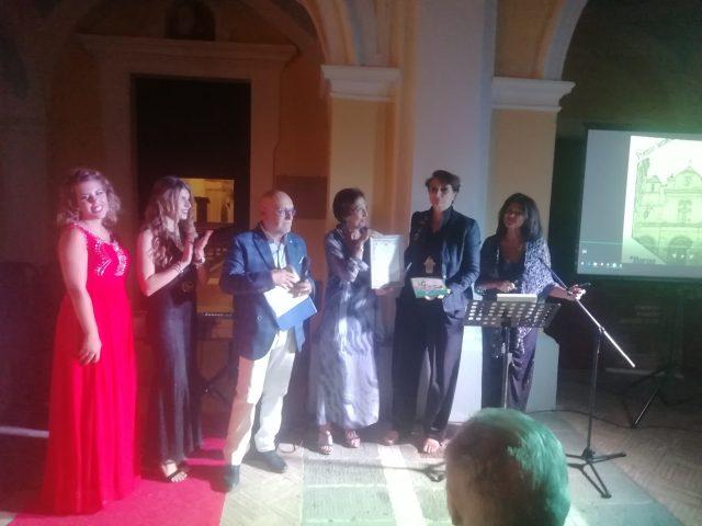 Deborah-Napolitano-premiata-da-Maria-Grazia-Mancino