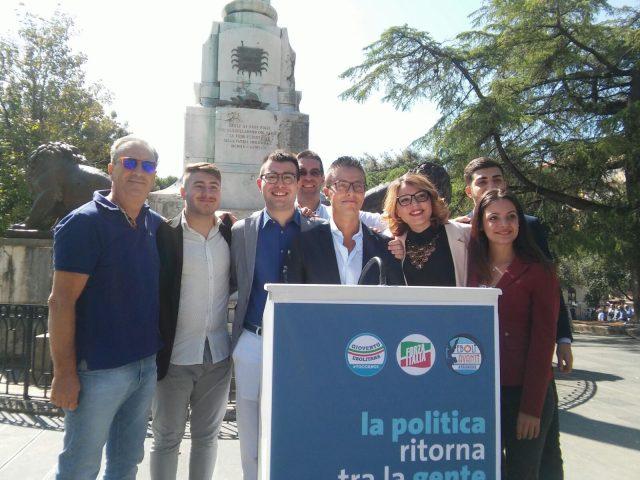 Damiano e Franco Cardiello con gruppo giovani FI