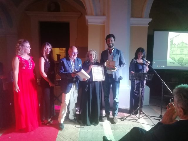 Luca-Rosini-Premio Borgo Albori-premia-Luciana-Capo.
