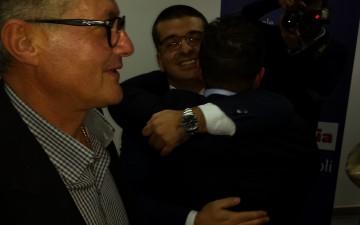 Luca Sgroia abbracciato