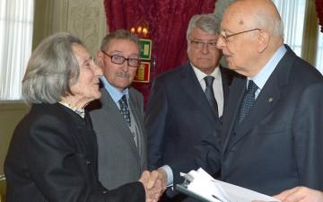 Napolitano-con-i-familiari-del-Comitato-dei-Caduti-di-Kos-69°-anniversario-della-Liberazione.