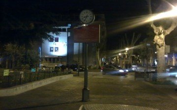 Orologio-a-centro-marciappiede-Viale-amendola