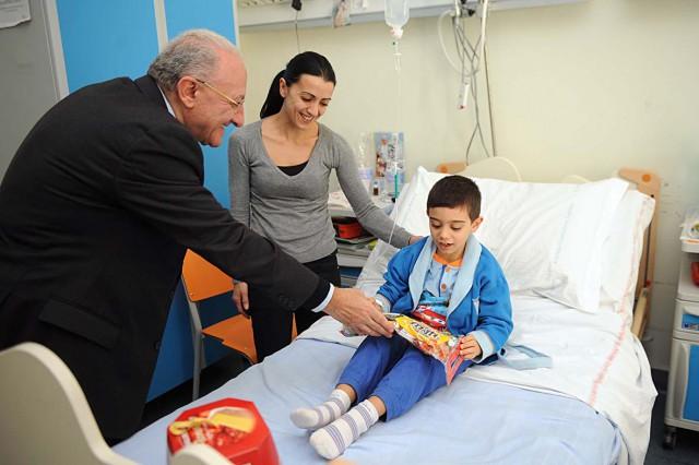 Ospedale-Salerno-befana-2014-De-Luca-visita-Pediatria