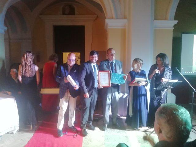 Pino-Arlacchi-Premio Borgo Albori 2019 - premia Benincasa cc Vietri