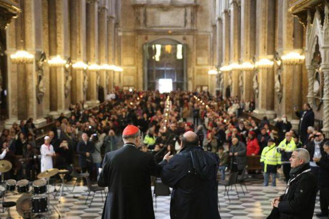 Il cardinale Crescenzio Sepe al pranzo per i poveri nel Duomo di Napoli. Folto Ansa
