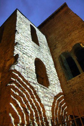 complesso monumentale di san pietro a corte illuminato durante la mostra face to face copyright sop. beap salerno