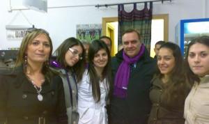 Iannece e Mastella con un gruppo di ragazze