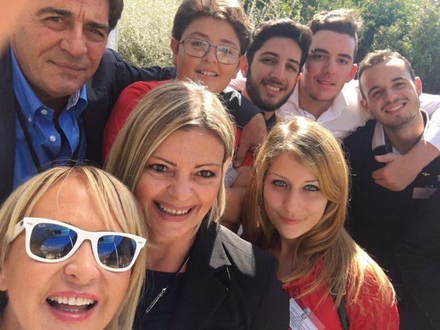 la-Dirigente-Laura-Cestaro-con-docenti-e-alunni.jpg